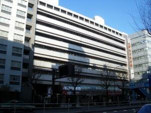 800px-Tokyo_kosei_nenkin_kaikan_shinjuku_tokyo_2009